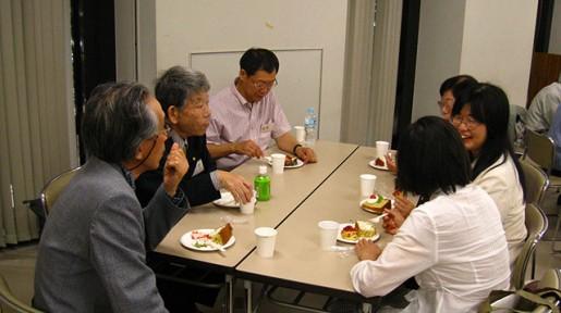 長岡氏を囲む茶話会。総会後の茶話会は昨年にひきつづき2回目。全国各地から集まった会員、記念講演を聴講した市民を交えた歓談のひとときでした。会員が手品を披露する一幕も。
