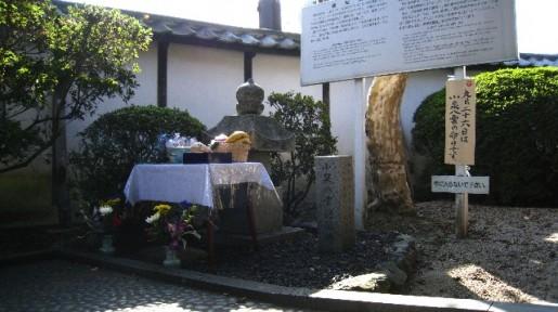 小泉八雲(ラフカディオ・ハーン)の命日の遺髪塔の写真。